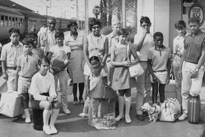 Josephine Baker et ses 12 enfants adoptifs à la gare de Monaco avec sa soeur et son beau-frère le 25 juillet 1969.