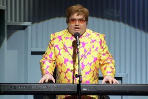 Horatio Sanz dans le rôle d'Elton John lors de l'émission culte <i>Saturday Night Live</i>.
