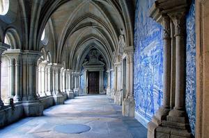 Le cloître de la cathédrale de Porto décoré d'azulejos, un carrelage murale peint à la main. (crédit: António Amen/ Wikipédia)