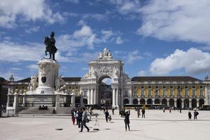 Symbole de la ville, l'Arc de la Rua Augusta (au fond) intégré au Terreiro de Paço, l'ancien Palais-Royal (Crédit: tetedelart1855/ Flickr/ CC)