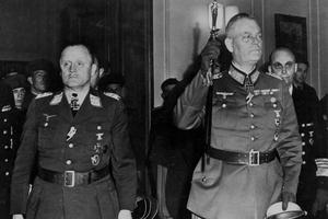 Hans Juergen Stumpf, commandant en chef de la Luftwaffe, le maréchal Wilhelm Keitel (à droite) chef d'état-major général de la Wehrmacht le 8 mai 1945 à Karlshorst.