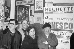 Conférence de presse à la Huchette à Paris le 28 decembre 1977 en présence de Nicolas Bataille (metteur en scène), Jacques Legre, directeur de la troupe, Odette Barrois, directrice artistique, et Eugène Ionesco.