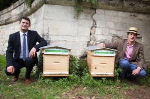 Ghislain Gridel, directeur marketing Greentomatocars et l'apiculteur Audric de Campeau proposent des ruches urbaines.