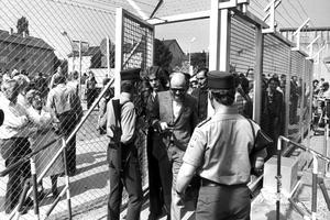 Des spectateurs viennent assister au procès sous haute-surveillance des membres de la RAF.