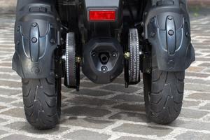Les deux roues arrière sont entraînées par des courroies.