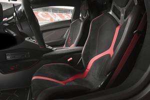 Les sièges en fibre de carbone sont recouverts d'Alcantara.