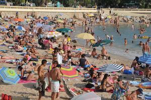 Plage bondée à Cannes pendant les vacances d'été. (Crédit: Citizen59/Flickr/CC)