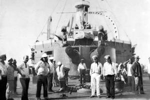 L'équipage du cuirassé Potemkine dans le port d'Odessa le 5 juillet 1905.