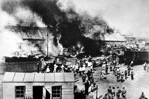 Incendie à Odessa lors de la mutinerie qui éclata à bord du cuirassé Potemkine en juin 1905.