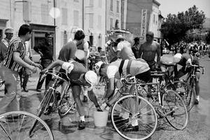 Tour de France 1967: les coureurs remplissent leur bouteille d'eau dans un seau.