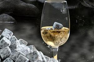 Pour obtenir une boisson fraîche, il faut plonger 3 à 4 glaçons de granit dans une dose de 2 ou 4 cl.