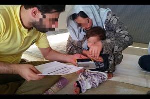 Prise d'empreintes digitales à la libération d'une femme et de son enfant. CP: CYCI