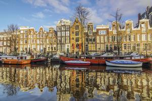 Sur les bords des fameux canaux d'Amsterdam, le temps s'arrête et les passants s'échappent peuvent s'échapper du quotidien.