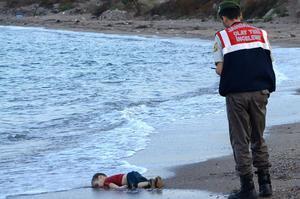 Un policier turc face au corps d'un enfant à Bodrum, dans le sud de la Turquie.