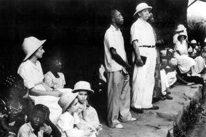 Albert Schweitzer à Lambaréné au Gabon avec sa femme, dans les années 50.