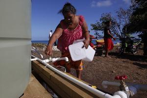 Une habitante de Tuvalu vient chercher sa ration d'eau quotidienne