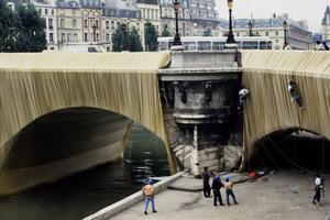Des corps de métiers spécialisés sont indispensables pour empaqueter le Pont-Neuf à Paris en septembre 1985.