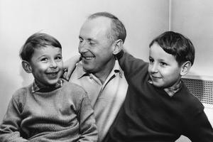 Bourvil avec ses fils, Philippe et Dominique, en 1959.
