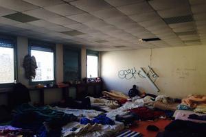 Les salles de classe transformés en chambres, où s'entassent les migrants.