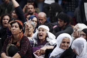 Des manifestants sont rassemblés à Ankara. Nombreux sont ceux à arborer le signe «V», déjà utilisé lors des printemps arabes comme symbole d'opposition au gouvernement.
