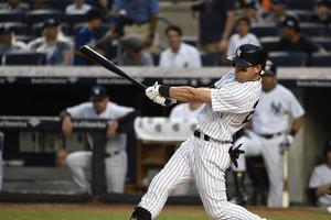 Admirer les joueurs de baseball au stade des Yankees.
