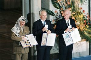 Yasser Arafat leader palestinien en compagnie des israéliens Shimon Peres et Yithzak Rabin recevant le prix Nobel de la paix à Oslo en Norvège le 14 octobre 1994.