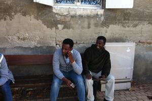 Deux Erythréens dans les rues de Varennes-sur-Allier. EUGENIE BASTIE/LE FIGARO