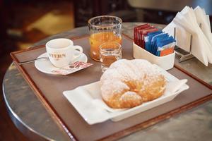 Croissant fourré à la crème vanillée et par l'expresso au Caffè Stern.