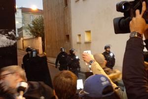 Des policiers en arme demandent aux habitants et journalistes de reculer, rue Gabriel-Péri à Saint-Denis. Crédit photo: CP.