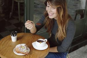 Croissant farci à la crème pâtissière et chocolat chaud cannelle-orange chez Capucine.