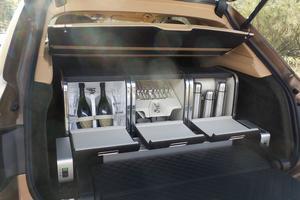 Bentley est toujours friand d'accessoires étonnants, telle cette vaisselle trouvant sa place au fond du coffre.