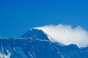 Skier à Gulmarg, avec un panorama sur le Mont Everest.