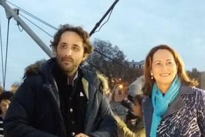 Romain Troublé et Ségolène Royal, ministre de l'Ecologie à bord du <i>Tara </i>lors de l'inauguration du pavillon Océan et Climat / LE FIGARO / MATHILDE GOLLA