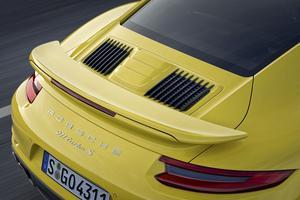 La nouvelle 911 Turbo se signale par ses trois prises d'air de refroidissement.