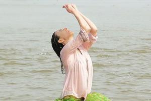 Elsa Zylberstein se «purifie» dans le Gange dans le film <i>Un+Une.</i> (Metropolitan Film)