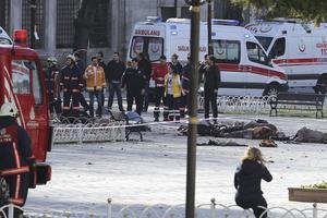 Des équipes de secours turques interviennent mardi sur le lieu du drame où gisent plusieurs cadavres.