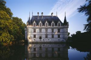 Le château d'Azay-le-Rideau et son reflet en miroir dans une pièce d'eau.