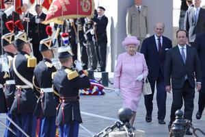 La reine d'Angleterre ElizabethII passe en revue les troupes françaises lors de la cérémonie d'accueil officiel qui lui est consacrée e, 2014.