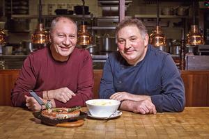 Éric Frechon (à gauche),dans sa brasserie Lazare, aux côtésde son chef exécutif Thierry Colas.