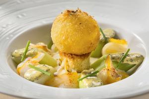 Jaune d'œuf croustillant, poireaux croquants en vinaigrette d'algues, haddock cru et cuit.