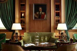 Avec son décor vieille Angleterre, le Lanesborough (à droite) tient autant de l'hôtel que du club anglais.
