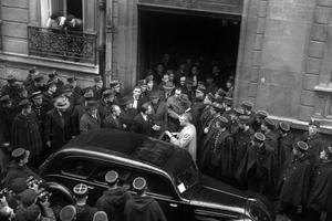 Le 22 mars 1946, La Cour et Marcel Petiot se rendent sur les lieux des crimes rue Le Sueur à Paris XVIe.