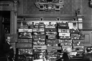 Les soixante-douze valises retrouvées dans l'hôtel particulier de Marcel Petiot sont empilées dans la salle d'audience.