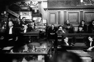 Marcel Petiot pendant son procès n'hésite pas à montrer son ennui, à s'assoupir, alors qu'il risque la peine de mort.