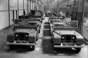 Les premiers Defender dans l'usine.