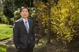 Yoichi Suzuki, ambassadeur du Japon, dans le jardin de la résidence de l'ambassade du Japon à Paris.