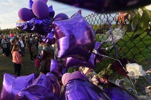 Des fans de Prince aux abords de sa propriété de Paisley Park.