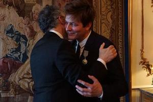 L'ambassadeur français a épinglé l'insigne honorifique à la veste du réalisateur Thomas Vinterberg.