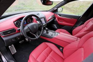 La latinité de ce SUV est exacerbée en finition Sport avec le cuir rouge.