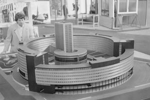 Maquette de la Maison de la Radio exposée au Salon International de la Construction et de l'Equipement au CNIT à la Défense en mars 1959.